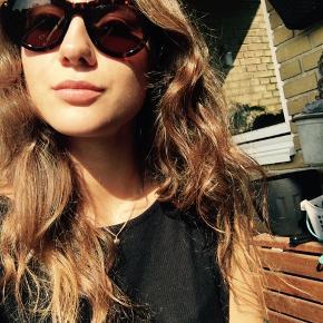 Sælger disse solbriller fra Versace, de er brune og alt medfølger, undtagen kvitteringen. De er købt i 2016🌸 Briller er i fin stand, men har en enkelt ridse i de ene glas. Sælger ved rette bud og bytter ikke😊  Byd også gerne 👌🏼 Sender gerne flere billeder bare skriv 👏🏼
