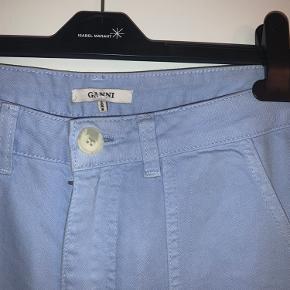 Cool lyseblå jeans fra Ganni✨ helt ubrugte og udgået model. De er str. 36, men passer omkring str 38