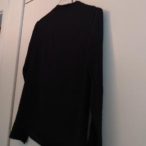Super fin bluse, men jeg kan desværre ikke passe den. Lange ærmer, høj hals og en super flot detalje i stoffet.