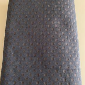 Flot og meget elegant dug Snowflakes 140x310 cm Farve: Dark blue  Brugt meget lidt i pæn stand