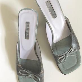 Brand: Taxi. Trendy vintage mules fra 90'erne med firkantede snuder & kitten hæl, lavendelfarvet inderfor. Har mindre brugsspor · Hælhøjde: 6,5 cm · Indv. længde: 26 cm · Bredde: 8,5 cm · Mængderabat · Prisen er fast :)