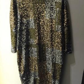 BMB kjole med håndsyet palietter, aldrig brugt, stadig tags på. Str. XS (oversize passer str. 34-38). For indeni så den er blød at have på. Ny pris 5.500 kr Bytter ikke