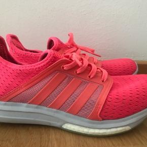 Adidas sneakers i pink str. 38 2/3. Skoene er brugt få gange. Nypris 699 kr.