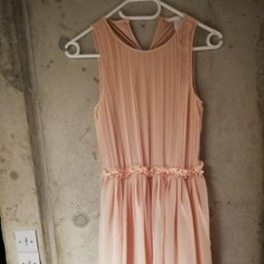 Aldrig blevet brugt. Kjole fra H&M i str. S. Billedet snyder lidt vedrørende farven,som er rosa.