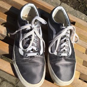 Vans Old Skool Satin Lux i grå/sølv. Brugt max fem gange, fejler altså intet. Obs: snørebåndene er ikke de originale😊
