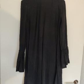 Rigtig flot kjole fra H&M i 100% silke. Har dyb udskæring i ryggen, bindebånd i nakken og brede ærmer samt pynteknapper både på ryg og ærmer. Str. 36.