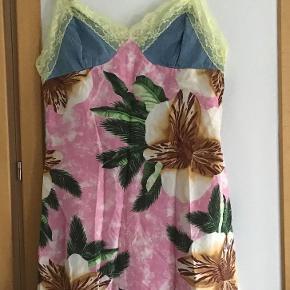 Skøn silkekjole 95 % På mærket står der  L men se målene. Fra ærmegab til ærmegab 40 cm. Længden 90 cm. Gennemforet.