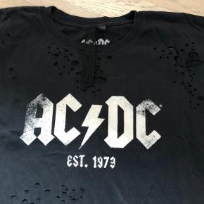 T-shirt fra ACDC.com  Fed med logo og huller