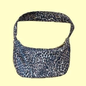 Hjemmesyet skuldertaske af genbrugsstof med leopard-print♻️🌸