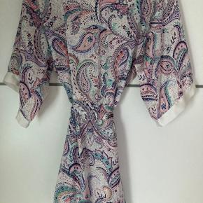 Smuk kåbe/kimono - kan bruges til alt.  Jeg har brugt den mest udover en bikini eller lige efter et bad ❤️  #Secondchancesummer