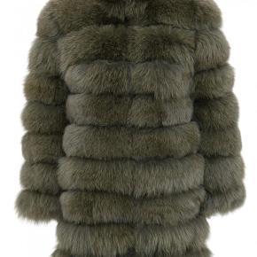 Brand: Meotine Varetype: Jakke Farve: Grøn Oprindelig købspris: 12500 kr. Prisen angivet er inklusiv forsendelse.  Super fin pels jakke, som har været brugt her i vinters. Den fejler ingenting. Mindstepris er 4000,-    Det er en S/M.