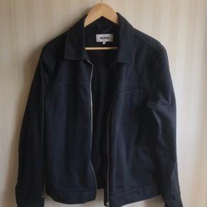 Sort/mørkeblå jakke fra weekday  Fejler intet :)