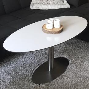 Ovalt sofabord  Længde: 120 Bredde: 60 Højde: 45 Sælges pga. flytning  Der er nogle få mindre ridser i pladen.