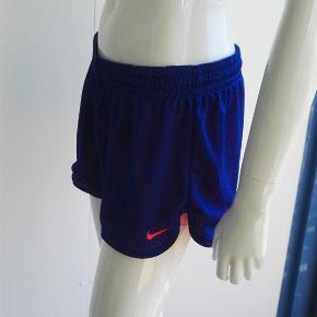 Varetype: Korte shorts, sportstøj, løbeshorts, fitness, crossfit, sommershorts Størrelse: M Farve: Blå, pink Oprindelig købspris: 350 kr.  Hej og velkommen. Jeg bliver glad, hvis du læser annoncen.  Beskrivelse: Superfede shorts fra Nike i blå med prikker og pink indenunder. Der er elastik og snore i livet.   Størrelse: M, medium, 38 Mål:  Længde: 27,5 cm I livet: 40 cm x 2, når elastikken ikke er strakt ud Indvendig benlængde: 7 cm  Materiale:  Mærke: Nike Nypris: Nyprisen er estimeret Vægt: 111 gram  Porto: Sendt med DAO: 37 kr. (2019 pris). Pakken kan veje op til et kg for den pris. Hvis der er andet på min profil du ønsker at købe med, koster det ikke ekstra i porto. Mine annoncer er delt op i kategorier, dvs. alle jeans/jakker etc. er samlet ét sted på profilen, så du let kan scrolle.   Andet: Mine annoncer er til salg indtil de er solgt og jeg lukker dem. Dukken jeg bruger er ca. en xs/s. Prisen er fast.   Jeg glæder mig til at handle med dig!  Venligst   Sophie