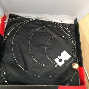 Smuk uro i metal. Aldrig brugt.   Forestiller Niels Bohrs atommodel.