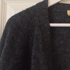 Smuk cardigan i blødt changerende stof fra Isabel Marant. Virkelig fine farver.
