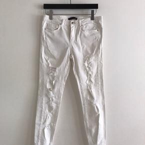 Hvide jeans med moderigtige huller i.  står 40 i dem. Vil sige38/40. Brugt få gange, kun ligget pakket ned.  Stretch i stoffet.