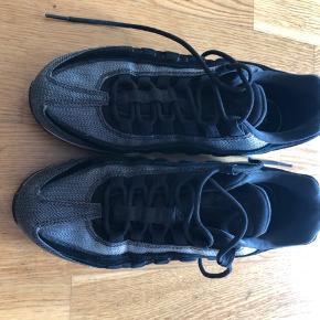 Fede sneaks fra Nike sælges. Det er en Air model og købt i 2019 i Illum. Fremstår med lidt brugstegn på det hvide på sålen. Bytter ikke