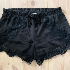 Sorte Neo Noir shorts med blonder.