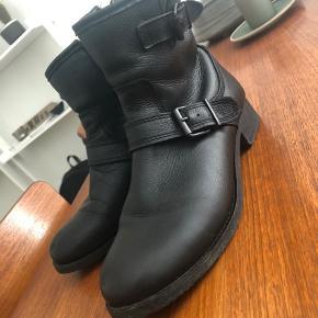 Fine støvler fra pavement i ægte læder og med uld indvendigt. Støvlerne er brugte men stadig i meget fin stand og er lige behandlet med læderfedt.