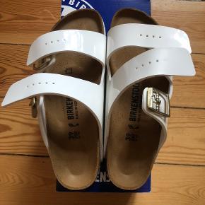 Birkenstock sandaler i hvid lak og smal model.