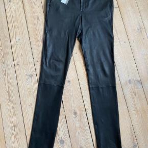 Super fede Caine pants  Nye stræk læder bukser, slim fit med forlommer.  Ægte læder Sort  Jeg bruger normalt str 36 i bukser så store i størrelsen.  Stadig med mærke i.  Ny pris 3.199 kr.