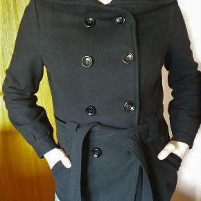 Varetype: Soya uldjakke i sort, super flot Størrelse: S/M Farve: Sort  Super flot sort uldjakke fra Soya. God men brugt.  Rigtig fint forårsjakke. Klassisk sort uldjakke, som er tidløs og altid på mode.
