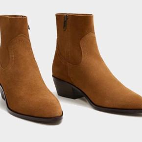 Mango ankelstøvler i lækker ruskind, brugt 2 gange. Flot brunlig farve a la cognac. Alm 39. Handler via Ts og køber betaler dermed porto.