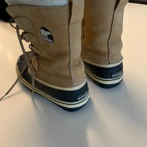 God solid og varm vinterstøvle. Brugt meget få gange, hvilket også kan ses på billederne. Sælges da de alligevel ikk er noget for mig, så de står bare i skabet og mangler nogle fødder de kan varme. :)
