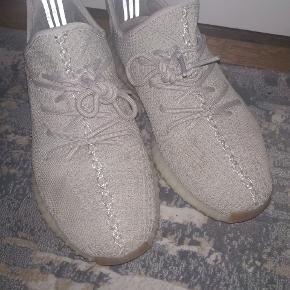 Sælger disse Yeezy sesame, købt i USA. Ikke planlagt de skulle sælges, så de sælges billigt fordi jeg intet og har. Sender gerne pics og video.