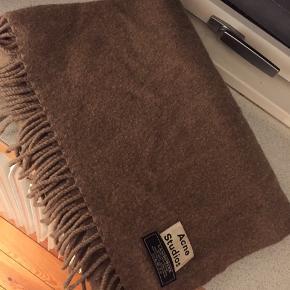Sælger dette fine tørklæde, da det ikke bliver brugt. Standen er super, og fejler intet.
