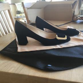 Flotte sorte Prada sko i str 38,5 med 5 cm hæl. Er i rigtig god stand. Der medfølger dustbag