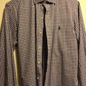 Lilla ternet Ralph Lauren skjorte, str M., slim fit. Meget fin stand, næsten aldrig brugt.