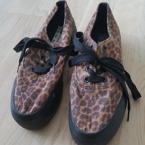 Plateau sneakers med Leo mønster