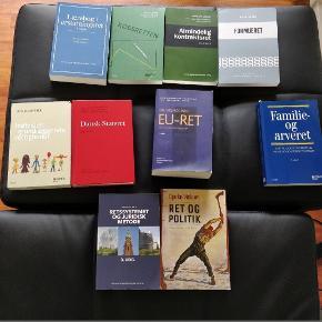 Alle bøger til 1. og 2. semester på jurastudiet. Er du lige begyndt på jura på SDU eller andre steder? Eller er du bare generelt interesseret i den juridiske verden? Hvis ja, så har jeg en god nyhed. Jeg sælger alle bøgerne til det første år på jurastudiet på Syddansk Universitet.   Dette inkluderer fagene Formueret, Forfatningsret, EU-ret, Familie- og arveret og Juridisk metode.   Bøgerne hedder:  - Lærebog i erstatningsret, 8. udgave (np: 680,- _ mp: 300,-) - Købsretten, 6. reviderede udgave (np: 730,- _ mp: 400,-) - Almindelig kontraktsret, 5. udgave (np: 495,- _ mp: 270,-) - Lovsamling 2017, Formueret, 3. udgave (np: 160,- _ mp: 50,-) - Individets grundlæggende rettigheder, 2. udgave (np: 779,- _ mp: 450,-) - Dansk Statsret, 2. udgave (np: 625,- _ mp: 350,-) - Grundlæggende EU-ret, 2. udgave (np: 765,- _ mp: 450,-) - Familie- og arveret, 9. udgave (np: 799,- _ mp: 450,-) - Retssystemet og juridisk metode, 3. udgave (np: 445,- _ mp: 250,-) - Ret og politik, politisk filosofi for jurister, 1. udgave (np: 365,- _ mp: 200,-)  I alt er der bøger for 5.843,-. I alt mp for 3170,-.  De kan købes alle samlet eller hver for sig - så sørger jeg for en god pris.  Spørg gerne for pris, ellers kom endelig med et godt bud.   De er alle i vidunderlig stand UDEN tekst eller overstregninger.   Befinder sig i Gelsted, men kan evt. mødes på SDU, eller de kan sendes.