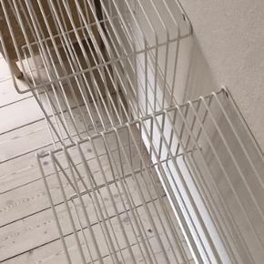 Jeg sælger disse hvide Verpan VP Wire trådreoler fra Montana, og som er designet af Verner Panton. Vægbeslag medfølger.  Reolerne er i meget fin stand med enkelte små og usynlige skræmmer.   Mål: 34,8 x 34,8 x 34,8 cm.