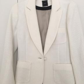 Stærk Blazer-jakke der er helt ubrugt. Nypris var 3.600 kr.