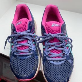 Fede gel-contend 3 sneaks egentlig ikke brugt ret meget.  De trænger lige til at få vasket sålen i siderne.  De er blå, pink og turkis.