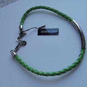 Flot ægte læder flettet halskæde, forsølvet og i en smuk lime grøn farve, 46 cm lang.