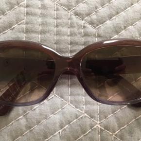 Pæn stand Ray-Ban Jackie Ohh RB4101 860/51 Nypris 1500 kr. Dame solbrille. Bytter ikke.  Sender med DAO på købers regning