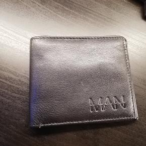 Dejlig stor pung som aldrig er blevet brugt. sat ned fra 100 til 70 kr.  køber betaler fragt.