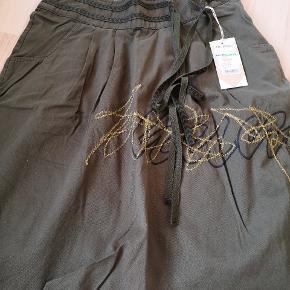Smart og flot Hummel nederdel.  Fejlkøb Str. Small Farven snyder på billeder, da den er rigtig armygrøn☺