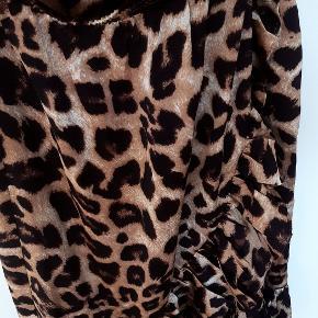 Medium-lang nederdel med stort leopardprint fra Pieces med flæse. Vasket men aldrig brugt. Normal i størrelsen.  Fra dyre- og røgfrit hjem.