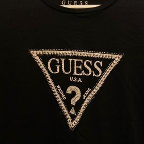 Sælger denne Guess t-shirt med studs agtig foran Brugt 1 gang