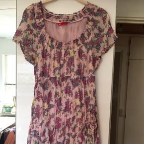 Rigtig sød sommerkjole med små lommer foran og bindes på ryggen