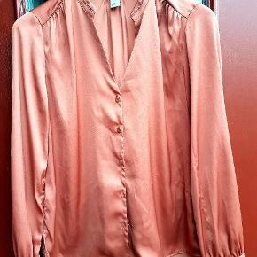 Lækker skjorte i skøn, skøn farve med små fine detaljer Normal i størrelsen