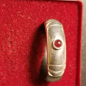 Ringen er af blødt gummi og ægte sølv med ægte sten Forsendelse 37 kr med DAO