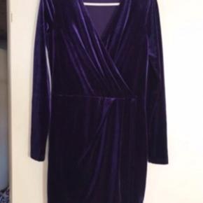 Smuk kjole i lilla velour. Str M og alm i str. Kun brugt et par gange. Med elastik i taljen så kan give sig. Måler 93,5 cm i længden og 2x38,5 cm i taljen.  Nypris 600 kr