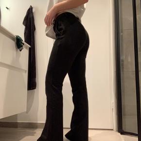 Flare bukser fra ONLY Købt i foråret, men er kun brugt en smule De er blevet lidt nuldrede efter vask, men det ses ikke når de er i brug Byd