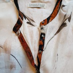 Fed tunika i dejlig hørkvalitet, den er rummelig :-) Over bryst 57 cm længde for 66 cm bag 75 cm